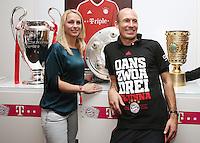 Fussball  DFB  POKAL  FINALE  SAISON  2012/2013     Champions Party des FC Bayern Muenchen nach dem Gewinn des DFB Pokal und Triple         02.06.2013 Arjen Robben (re) und seine Frau Bernardien mit dem CHL Pokal, Meisterschale und DFB Pokal