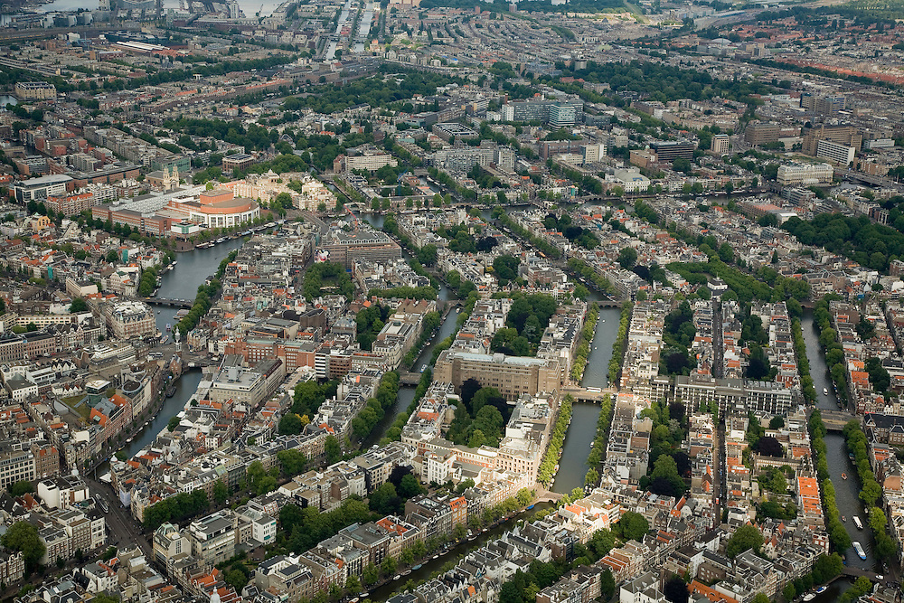 Nederland, Amsterdam, Centrum, 17-06-2008; Amsterdamse binnenstad met van rechts naar links de Prinsengracht, de Keizersgracht, de Herengracht, de Singel - overgaand in de Amstel; aan de Amstel het Stadhuis  / Muziektheater (Stopera); ..luchtfoto (toeslag); aerial photo (additional fee required); .foto Siebe Swart / photo Siebe Swart