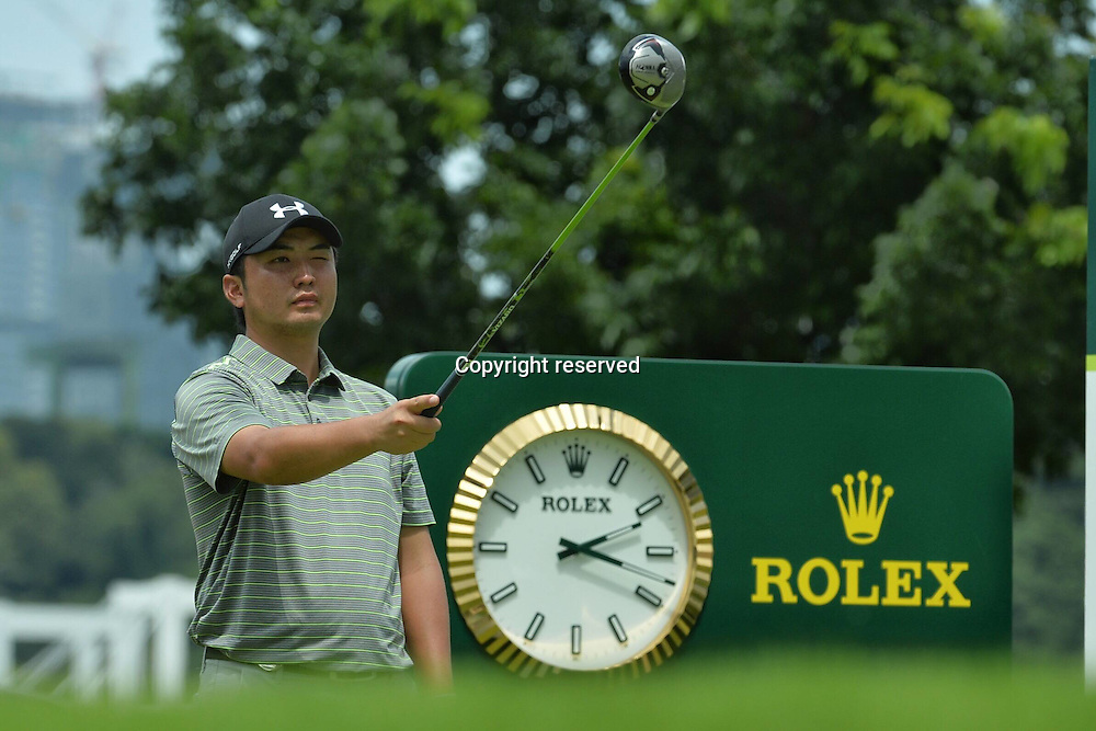 29.01.2016. Singapore.  Shintaro Kobayashi of Japan gets his tee shot bearings during the SMBC Singapore Open held at Singapores Sentosa Golf Club Serapong course, Jan. 29, 2016. The SMBC Singapore Open is into the second day of competition.