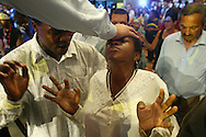 An apostle blesses a believer. She gets in a trance and claims to be cured. During the faith convention they pray, dance, sing and wait for a miracle to change their lives.