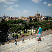 Turisti sulla scalinata dell'Aracoeli a Roma<br /> <br /> Tourists on the Aracoeli staircase in Rome