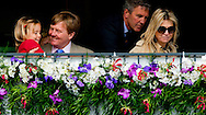 ROTTERDAM - Koning Willem-Alexander speelt met Alexia . Koning Willem-Alexander, koningin Maxima en hun dochters (VLNR) Amalia, Ariane en Alexia zijn aanwezig bij de Longines Grand Prix Port of Rotterdam tijdens het CHIO in Rotterdam. Dutch King Willem Alexander and Queen Maxima attends the Longines Grand Prix Port of Rotterdam sunday with the three princesses Amalia , Ariane and Alexia  and the Japanese prinses Mako. COPYRIGHT ROBIN UTRECHT