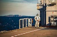 A bord du Dixmude.<br /> Equipe en attente d'un appontage helicoptere.<br /> Le batiment de projection et de commandement Dixmude est arrive ce vendredi &agrave; Marseille pour une escale exceptionnelle de trois jours pour la signature de la charte de parrainage du BPC par la Ville de Marseille, auparavant marraine du transport de chalands de d&eacute;barquement Siroco, vendu fin 2015 au Br&eacute;sil. &nbsp;<br /> Plus grand batiment de guerre apres le porte-avions Charles de Gaulle, le Dixmude se distingue par sa polyvalence et sa capacite a se deployer loin et longtemps. <br /> Troisieme BPC fran&ccedil;ais du type Mistral, il a ete receptionne en 2012 par la Marine nationale. Long de 199 m&egrave;tres et affichant un deplacement de plus de 21.000 tonnes en charge, c&rsquo;est a la fois un porte-h&eacute;licopt&egrave;res, un batiment d&rsquo;assaut amphibie, un hopital flottant et une unite capable d&rsquo;assurer le commandement d&rsquo;une operation interarmees et internationale. Il peut, par exemple, embarquer une vingtaine d&rsquo;helicopteres de transport et de combat, une centaine de vehicules (dont des chars Leclerc), 450 hommes de troupe et des engins de debarquement (deux CTM et un EDAR, deux EDAR ou quatre CTM).<br /> Ses principales missions<br /> Operation Eunavfor Atalanta (2012) - Operation Serval (2013)-Operation Sangaris (2013) <br /> Il participe a la Mission Corymbe et le 4 avril 2015, il evacue 44 personnes du Yemen suite au conflit au Y&eacute;men. Le lendemain, il recupere egalement 63 personnes dont 23 fran&ccedil;ais transferees &agrave; partir du patrouilleur L'adroit et de la fregate Aconit.<br /> En mai 2015, il part pour la mission Jeanne d'Arc 2015.