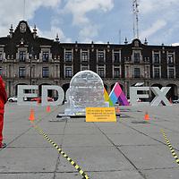 Toluca, México.- Diversas organizaciones sociales encabezadas por Greenpeace Mexico protestaron con un reloj de hielo, que se derritio durante las primeras horas del día, una trasformación radical y sin precedentes al transporte del Estado de México. Agencia MVT / Mario Vázquez de la Torre.