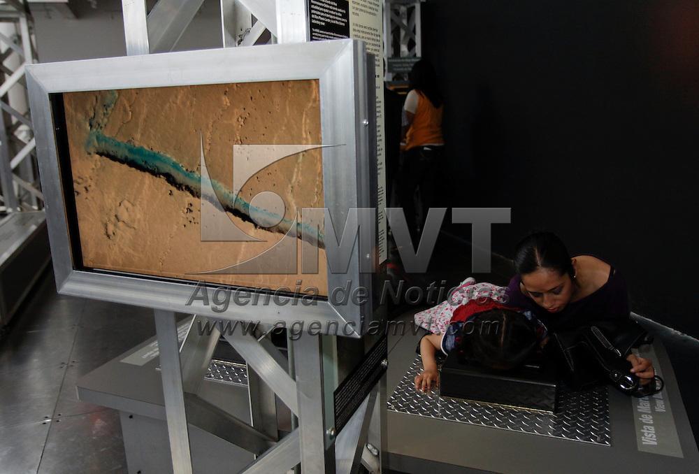 """Toluca, México.- El Museo Modelo de Ciencia e Industria (MUMCI) alberga la exposición """"Proyecto Marte"""" que cuenta con más de 20 estaciones en donde los visitantes pueden someterse a pruebas de entrenamiento similares a las que pasa un astronauta, y conocer un poco más sobre los desafíos que significaría hacer un viaje al Planeta Rojo.  Agencia MVT / Crisanta Espinosa"""