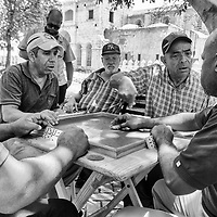 Jugadores de domino de la plaza Cristobal Colón de Santo Domingo. Zona Colonial. República Dominicana. Domino players of the Plaza Cristobal Colón of Santo Domingo. Colonial Zone. Dominican Republic.