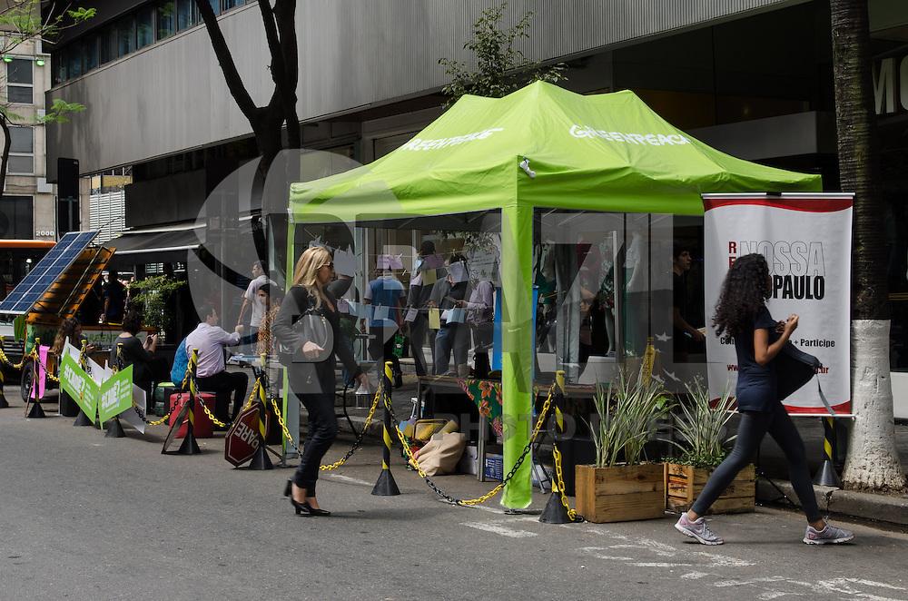 SÃO PAULO, SP, 20 DE SETEMBRO DE 2013 - VAGA VIVA - Uma praça improvisada, chamada de Vaga Viva, é vista ocupando vagas de estacionamento na rua Padre João Manoel, nos Jardins, na tarde desta sexta feira, 20. A iniciativa é da ONG Greenpeace e visa mostrar como os espaços públicos podem ser melhor aproveitados. FOTO: ALEXANDRE MOREIRA / BRAZIL PHOTO PRESS