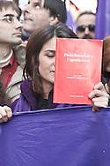 """Manifestante mostra un libro sul caso dell'agenda rossa di Paolo Borsellino. L'agenda del magistrato, contenente i suoi appunti, sarebbe stata trafugata da via D'Amelio a Palermo, teatro dell'attentato che costò la vita a lui e a 5 uomini della sua scorta (luglio 1992). Il riferimento è alle accuse di connivenze con la mafia più volte mosse contro Silvio Berlusconi, e in particolare alla sua presunta """"investitura"""" come garante degli interessi mafiosi al momento del suo ingresso sulla scena politica nei primi anni Novanta."""