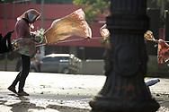 SÃO PAULO - BRASIL, 29/11/2017. Moradora de rua improvisa um varal na ventilação do metrô, às 06h30 na Praça da Sé. Foto: CAIO GUATELLI