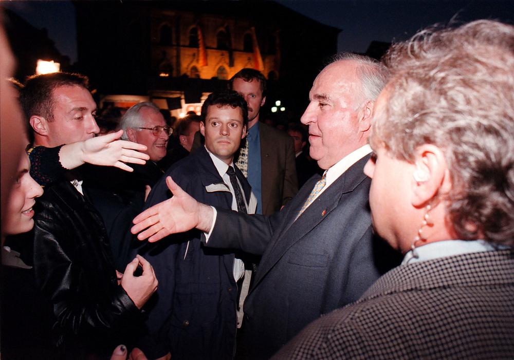 &copy;  christian  JUNGEBLODT.<br />WAHL 1998 - Wahlkampf<br />CDU - Dr. Helmut Kohl , Bundeskanzler<br />Wahlkampfveranstaltung in Weimar<br />Das Bad in der Menge, Sicherheitsbeamte und <br />MP Bernhard Vogel ...<br />08.09.1998