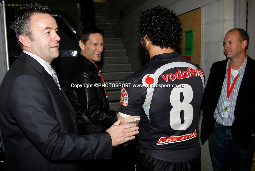 Warriors CEO Wayne Sucrrah welcomes Ruben Wiki back to the dressing rooms. NRL, Vodafone Warriors v Penrith  Panthers, Mt Smart Stadium, Auckland, Sunday 31 August 2008. Photo: Andrew Cornaga/PHOTOSPORT