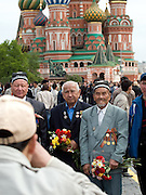 Veteranen aus dem 2. Weltkrieg lassen sich vor der Basilius-Kathedrale auf dem Roten Platz in Moskau fotografieren.<br /> <br /> WWII veterans getting photographed infront of the Saint Basil's Cathedral at red Square in Moscow.