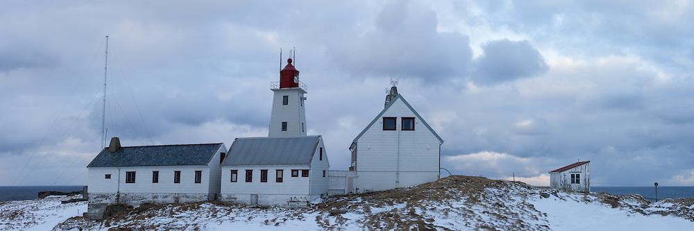 High resolution panorama of the Lighthouse at Hornøya, ant the surrounded buildings | Høyoppløslig panorama av fyren på Hornøya, med kringliggende bygninger.