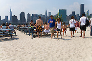 New York. Harry's at Water Taxi Beach. bar, beach . volley at long Island city  in front of Midtown Manhattan skyline  New York, Manhattan - United states  view from Queens /  Harry's at Water Taxi Beach. bar plage, terrain de volley a  Long island city, .  face a Manhattan  Manhattan, New York - Etats unis Queens