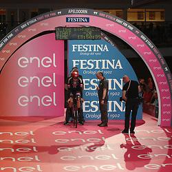 06-05-2016: Wielrennen: Giro: Apeldoorn<br /> APELDOORN (NED) wielrennen<br /> De 99e ronde van Italie is van start gegaan met een tijdrit of 9,8 kilometer door de straten van Apeldoorn. De finishlijn was getrokken op de Loolaan. <br /> Tom Stamsnijder was de eerste Nederlander die aan zijn opdracht begon