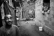 Comunidade Baix&atilde;o, munic&iacute;pio de Almenara na regi&atilde;o do baixo Jequitinhonha, Norte de Minas Gerais. Nessa regi&atilde;o &eacute; poss&iacute;vel encontrar tr&ecirc;s tipos de biomas: caatinga, cerrado e mata atl&acirc;ntica. A ASA Brasil, Articula&ccedil;&atilde;o no Semi&aacute;rido Brasileiro, tem implementado em diversas comunidades no Norte de Minas o Programa Uma Terra e Duas &Aacute;guas (P1+2) e o Programa Um Milh&atilde;o de Cisternas (P1MC) que tem como objetivo viabilizar a capta&ccedil;&atilde;o e armazenamento de &aacute;gua de chuva nessas comunidades para consumo humano, cria&ccedil;&atilde;o de animais e produ&ccedil;&atilde;o de alimentos. Entre os parceiros para implementa&ccedil;&atilde;o dos projetos tem destaque na regi&atilde;o a C&aacute;ritas Diocesana de Almenara. Manoel Ferreira Damasceno e <br /> Ant&ocirc;nio Jos&eacute; Damasceno.