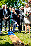 LEEK - Koning Willem-Alexander en koningin Maxima tijdens een bezoek aan de provincie Groningen. Het koninklijk paar bezoekt, in het teken van de 'royal tour', de aankomende tijd de 12 provincies. ANP HANDOUT KOEN VAN WEEL NO SALES NO ARCHIVES