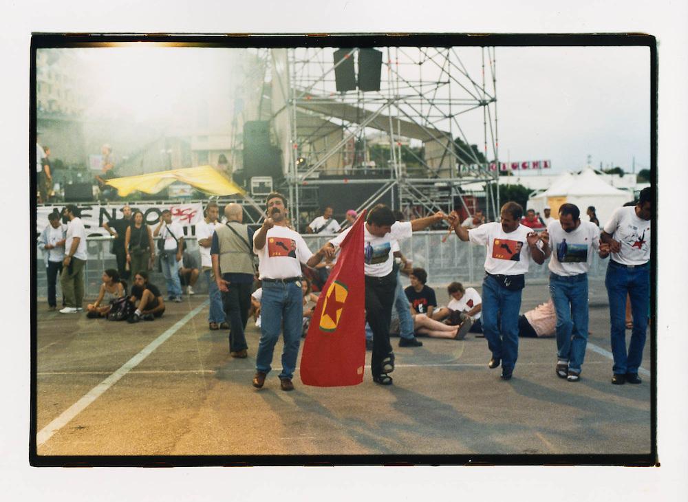Proteste contro il summit del G8, Genova luglio 2001. 19 luglio, corteo dei Migranti. Danza di un gruppo di profughi kurdi.