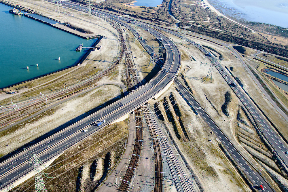 Nederland, Zuid-Holland, Rotterdam, 18-02-2015; Euopaweg buigt af naar de Maasvlakte en Emplacement Maasvlakte met Distripark. Infrabundel van autosnelweg N15, spoorweg (Betuweroute) en hoogspanningsleidingen. <br /> New and man-made land in the North sea <br /> designated for the Port of Rotterdam. Infrastructure bundle: motorway, railway (Betuweroute) and power lines.<br /> luchtfoto (toeslag op standard tarieven);<br /> aerial photo (additional fee required);<br /> copyright foto/photo Siebe Swart
