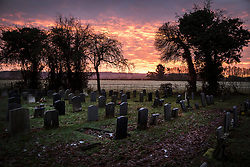 © Licensed to London News Pictures. 17/12/2017. Buckinghamshire, UK. A stunning sunrise is seen from a church yard in Buckinghamshire. Photo credit: Peter Macdiarmid/LNP