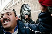 TUNISI. UN POLIZIOTTO IN SERVIZIO IN PIAZZA DELLA KASBAH DAVANTI AL PALAZZO DEL PRIMO MINISTRO;