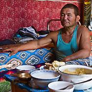 Mongolia. family. catle breeders in Orkhon river valley  near  Hahorin   / famille díeleveurs  de la vallÈe de la riviere Orkhon pres de/  Karakorum  Mongolie / L0009406