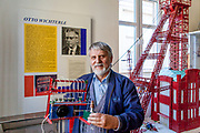 Merkur Eigentümer Jaromir Kriz mit dem Modell von Otto Wichterle, dem Erfinder der Kontaktlinsen, ein Tscheche.  Merkur Museum in Police nad Metuji.