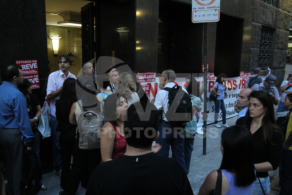 SAO PAULO, SP, 07 DE MARCO 2013, GREVE BANCO DO BRASIL. Funcionarios do Banco do Brasil entraram em greve nessa quinta-Feira (7), na foto os grevista impedem alguns funcionarios de entrarem no predio do banco que fica na Rua Libero Badaro. A Policia Militar foi chamada e está no local desde as 5hs da madrugada. LUIZ GUARNIERI/ BRAZIL PHOTO PRESS.