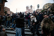 Roma 14 Febbraio 2010.Love Flash Mob a Trinità dei Monti tutti sulla scalinata per baciarsi e festeggiare San Valentino.Rome, February 14, 2010.Love Flash Mob at the Spanish Steps and kissing everyone on the stairway to celebrate Valentine's Day