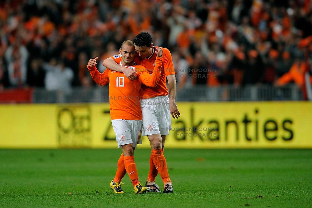 01-04-2009 VOETBAL: WK KWALIFICATIE NEDERLAND - MACEDONIE: AMSTERDAM<br /> Nederland wint met 4-0 van Macedonie / Dirk Kuyt scoort de 3-0 en door de paas van Wesley Sneijder en Mark van Bommel<br /> &copy;2009-WWW.FOTOHOOGENDOORN.NL