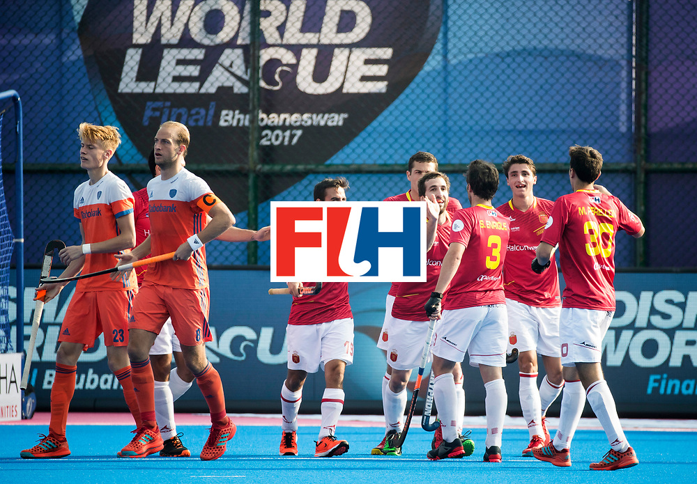 BHUBANESWAR - Spanje heeft gescoord   tijdens de Hockey World League Final wedstrijd Nederland-Spanje (2-3).  links Joep de Mol (Ned) en  Billy Bakker (Ned) . COPYRIGHT  KOEN SUYK