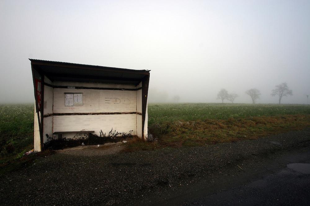 Mezirici/Tschechische Republik, CZE, 11.12.06: Bushaltestelle in einer S&uuml;d-B&ouml;hmischen Landschaft im Nebel in der N&auml;he des Dorfes Mezirici.<br /> <br /> Mezirici/Czech Republic, CZE, 11.12.06: Bus stop in a South Bohemian landscape close to the village Mezirici in foggy weather .