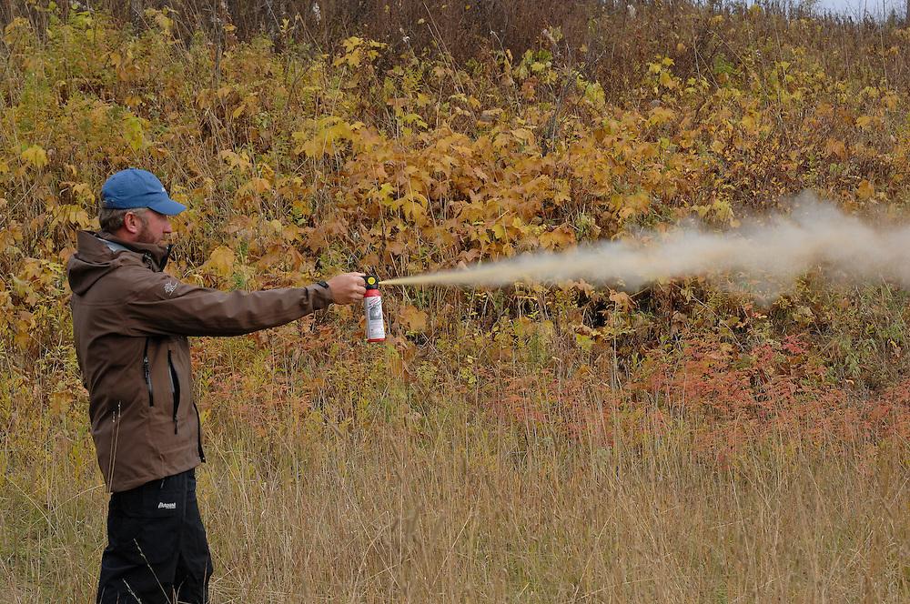 Man uses bear spray for protection against bears<br /> ---<br /> Mann bruker bj&oslash;rnespray som forsvar mot bj&oslash;rn
