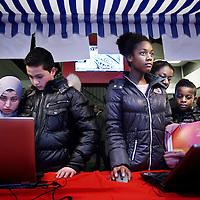 """Nederland, Amsterdam , 4 februari 2015.<br /> Kennismaking avond op Hervormd Lyceum West.<br /> Iedereen is van harte welkom maar het HLW in Amsterdam wil vooral allochtone leerlingen werven. Tijdens de kennismakingsdag voor nieuwe leerlingen morgen staat de school open voor iedereen die mavo, havo, vwo of gymnasium wil gaan doen. """"en we zullen ze allemaal ook zoveel mogelijk stimuleren om op te stromen tijdens hun verblijf hier"""", aldus rector Freek Polter. """"Wij zijn een mooie zwarte school en kiezen ervoor dat te blijven"""".<br /> Amsterdamse Scholengemeenschap HLW werft vooral allochtone leerlingen.<br /> Op de foto informatiestand<br /> Foto:Jean-Pierre Jans"""
