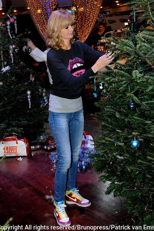 De vierde editie van het Sky Radio Christmas Tree for Charity , BN'ers kerstbomen versieren kerstbomen voor het goede doel.<br /> <br /> Op de foto: Daphne Deckers