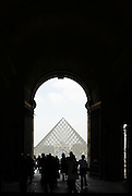 Tourists approaching the glass pyramid of Louvre Museum, Paris, France.Touristen gehen in Richtung Glaspyramide des Louvre Museums, Paris, Frankreich
