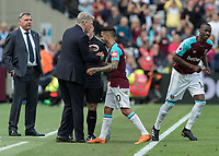 Football - 2017 / 2018 Premier League - West Ham United vs. Everton<br /> <br /> David Moyes, Manager of West Ham United, congratulates Manuel Lanzini (West Ham United) after he is substituted at the London Stadium<br /> <br /> COLORSPORT/DANIEL BEARHAM