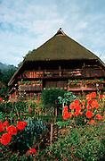Deutschland, Germany,Baden-Wuerttemberg.Schwarzwald.Gutach, Schwarzwälder Freilichtmuseum Vogtsbauernhof: Vogtsbauernhof, Blumen im Garten.Gutach, open air museum: old Black Forest farm house...