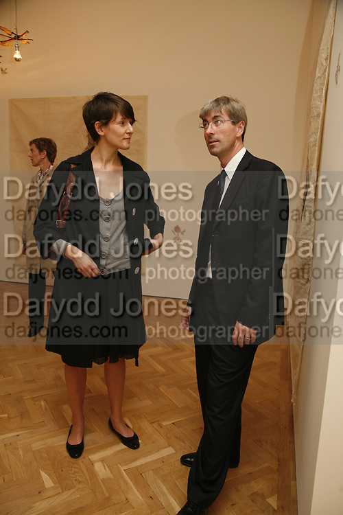 LUCY WILLIAMS AND TIM TAYLOR, KIKI SMITH EXHIBITION  AT TIMOTHY TAYLOR GALLERY, 21 DERING ST. LONDON. 10 OCTOBER 2006. -DO NOT ARCHIVE-© Copyright Photograph by Dafydd Jones 66 Stockwell Park Rd. London SW9 0DA Tel 020 7733 0108 www.dafjones.com