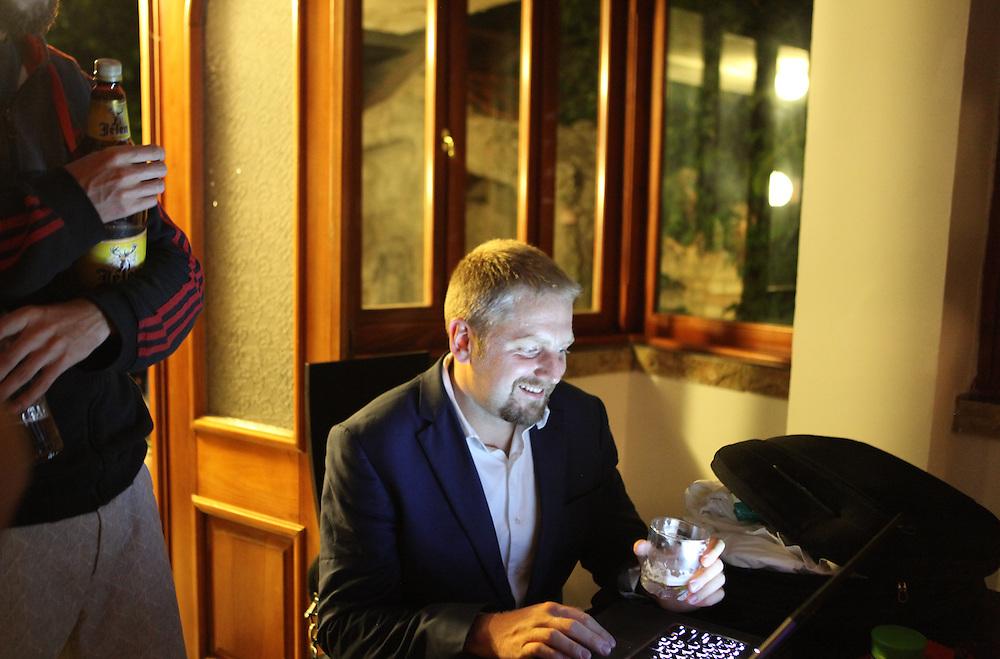 Vit Jedlicka is listening to Liberland national anthem /<br /> Vit Jedlicka passe l'hymne national de Liberland