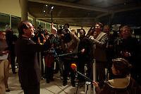 22 NOV 2004, BERLIN/GERMANY:<br /> Franz Muentefering, SPD Parteivorsitzender, scherzt mit Journalisten, die ein Statemant von ihm erwarten, vor Beginn der SPD Fraktionssitzung mit Wahl des Fraktionsvorstandes, Deutscher Bundestag<br /> IMAGE: 20041122-02-002<br /> KEYWORDS: Fraktion, Sitzung, Presse, Journalist