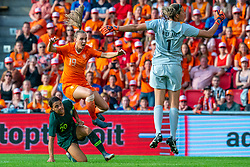 01-06-2019 NED: Netherlands - Australia, Eindhoven<br /> <br /> Friendly match in Philips stadion Eindhoven. Netherlands win 3-0 / Jill Roord #19 of The Netherlands, Sam Kerr #20 of Australia, goalkeeper Lydia Williams #1 of Australia