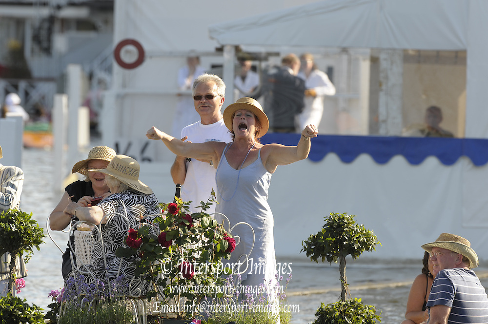 Henley, Great Britain.  Supporters, cheering on their crew. Messing about on the River Thames,  view down the course from Progress Board, 2009 Henley Royal Regatta  Friday 03/07/2009 at  [Mandatory Credit. Peter Spurrier/Intersport Images] . HRR.