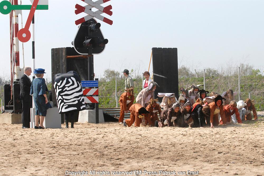 Queen Beatrix has opend  the longest nature bridge in the world: nature bridge Zanderij Crailoo .Zanderij Crailoo is 800 meters long and bridge of the largest barriers between the nature areas in the Netherlands<br /> <br /> Koningin Beatrix heeft op woensdagmiddag 3 mei in Hilversum de langste natuurbrug ter wereld: Natuurbrug Zanderij Crailoo geopent Natuurbrug Zanderij Crailoo is 800 meter lang en overbrugt een van de grootste barri&egrave;res tussen de natuurgebieden in het Gooi.