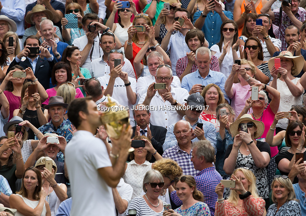 Sieger ROGER FEDERER  mit dem Pokal auf der Ehrenrunde laesst sich von den Fans feiern,Siegerehrung,Praesentation, Endspiel, Finall<br /> <br /> Tennis - Wimbledon 2016 - Grand Slam ITF / ATP / WTA -  AELTC - London -  - Great Britain  - 16 July 2017.