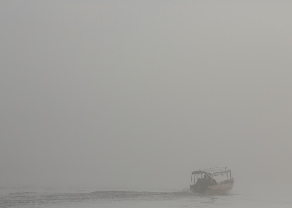 Saint-Georges de l'Oyapock, Guyane, 2015. <br /> <br /> D&eacute;part des premi&egrave;res pirogues d&rsquo;&eacute;coliers.<br /> Le fleuve est un bassin de vie pour ses riverains qui admettent difficilement les r&eacute;alit&eacute;s de la fronti&egrave;re. Cent cinquante piroguiers vivent du transport fluvial entre les rives guyanaise et br&eacute;silienne de l&lsquo;Oyapock. Ils assurent sans discontinuer la travers&eacute;e des enfants br&eacute;siliens scolaris&eacute;s &agrave; Saint-Georges, des enseignants fran&ccedil;ais qui habitent sur la rive br&eacute;silienne, des br&eacute;siliens qui viennent acheter du pain &agrave; Saint-Georges, des guyanais qui vont s&rsquo;approvisionner &agrave; Oiapoque, des br&eacute;siliennes en qu&ecirc;te de compagnie et des fran&ccedil;ais en qu&ecirc;te de br&eacute;siliennes.