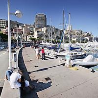 Monaco, 6 augustus 2009. .De haven van Monaco, gelegen in het stadsdeel Condamine, is gekend door de vele superjachten en cruiseschepen die er aangemeerd liggen, het een al luxueuzer dan het andere. De Grand Prix van Monaco begint en eindigt hier ieder jaar..Het staatje Monaco grenst aan Frankrijk en de Middellandse Zee. Monaco heeft een oppervlakte van nog geen 2 km en heeft ongeveer 32. 000 inwoners. Daarmee is Monaco het dichtstbevolkte land ter wereld. Monaco telt twee steden: Monte-Carlo en Monaco-ville, de oude stad..Foto:Jean-Pierre Jans..Monaco, 6th august 2009. The Port of Monaco in the Condamine District, with many very luxurious super yachts and cruise ships . A young couple is courting.