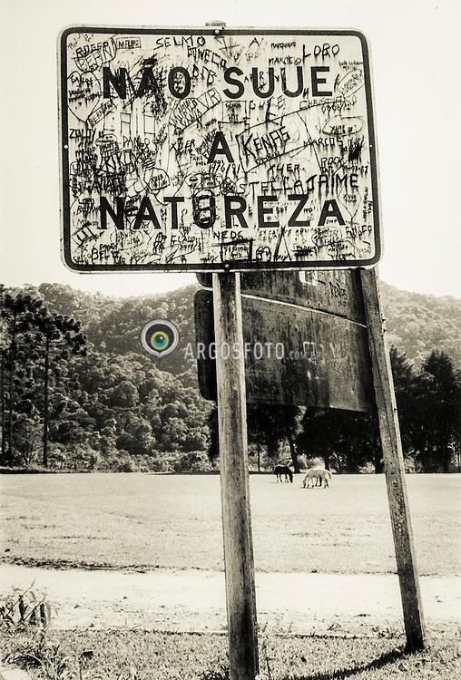 """Placa na entrada de Visconde de Maua, RJ. """"Nao Suje  a Natureza"""". Entre 1983 e 1985."""