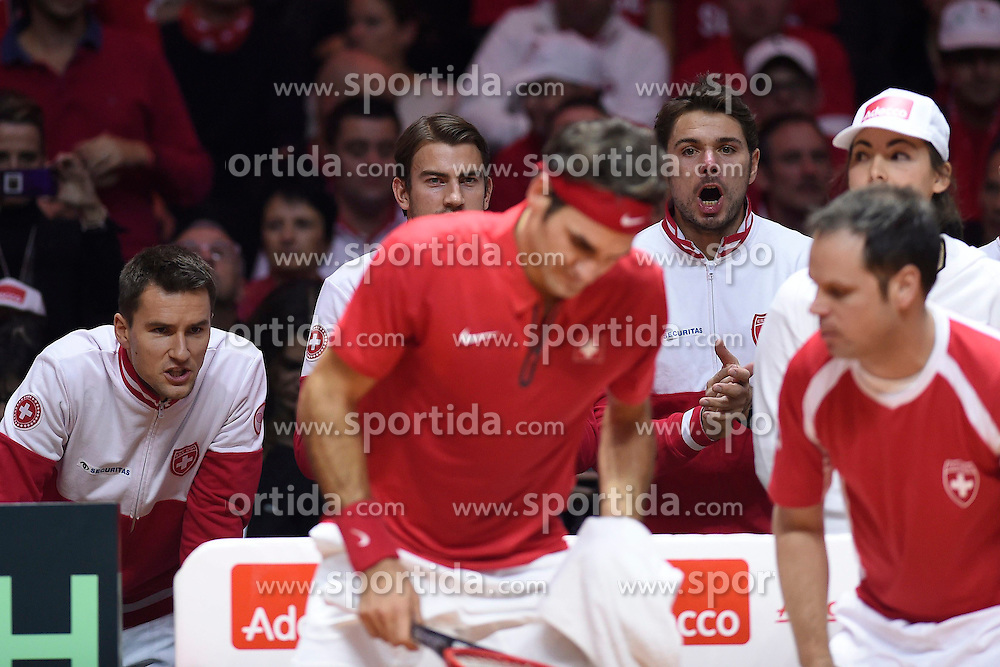 21.11.2014, Stade Pierre Mauroy, Lille, FRA, Davis Cup Finale, Frankreich vs Schweiz, im Bild Marco Chiudinelli (SUI), Michael Lammer (SUI), Stanislas Wawrinka (SUI), Captain Severin Luethi (SUI) feuern Roger Federer (SUI) an // during the Davis Cup Final between France and Switzerland at the Stade Pierre Mauroy in Lille, France on 2014/11/21. EXPA Pictures &copy; 2014, PhotoCredit: EXPA/ Freshfocus/ Valeriano Di Domenico<br /> <br /> *****ATTENTION - for AUT, SLO, CRO, SRB, BIH, MAZ only*****