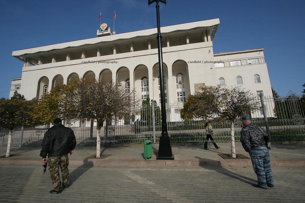Polizisten bewachen die Administration der dagestanischen Regierung in Machatschkala. Policemen guards the adminsitration building of the government of Dagestan (South Russia) in Makhachkala.